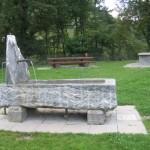 Table de pic-nic et fontaine